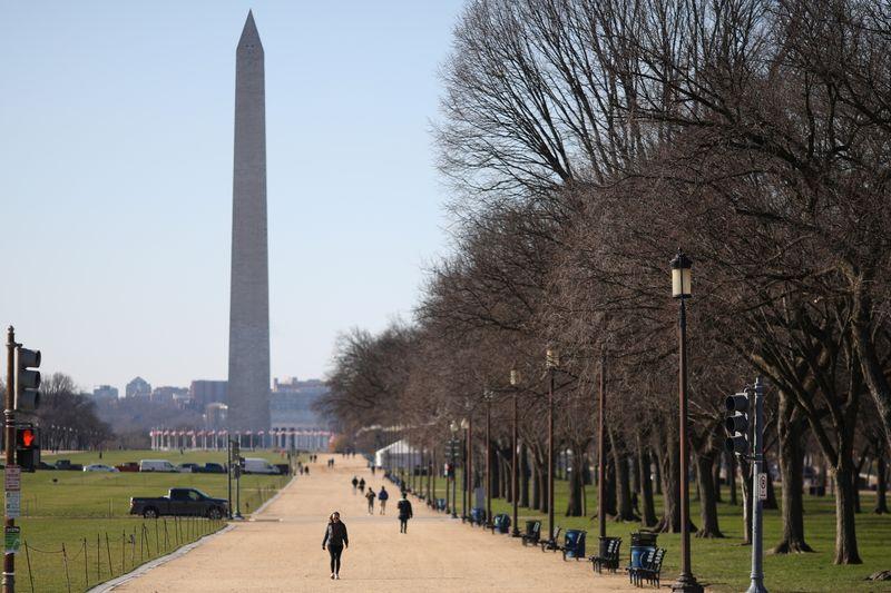 Imagen de archivo de peatones caminando por el National Mall cerca del Monumento a Washington en Washington, Estados Unidos. 17 de diciembre, 2020. REUTERS/Tom Brenner/Archivo