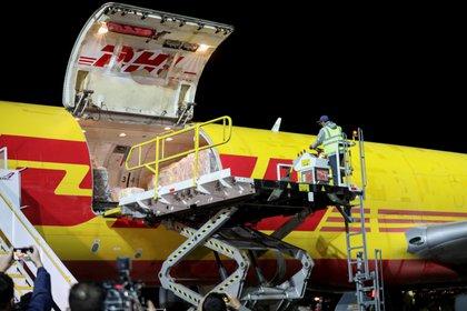 Un avión de DHL descarga el primer cargamento de vacunas contra el COVID-19 enviado a Costa Rica. Foto: Reuters