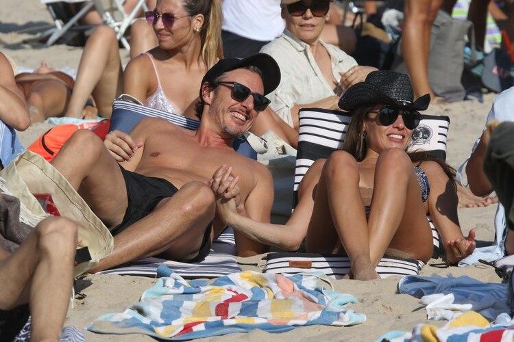 Pampita y su marido, en las playas de Punta del Este (GM Press)