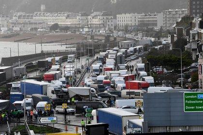 Por la nueva cepa, varios países cerraron sus fronteras con el Reino Unido (EFE/ Facundo Arrizabalaga)