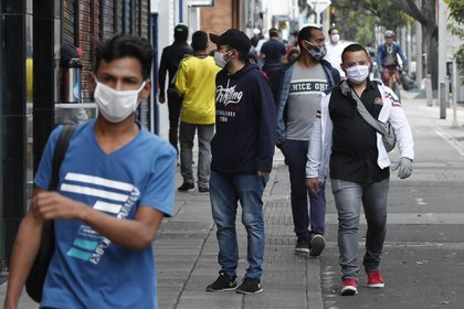 Ciudadanos recorren las calles durante la cuarentena por el coronavirus en Bogotá (Colombia). EFE/ Mauricio Dueñas Castañeda