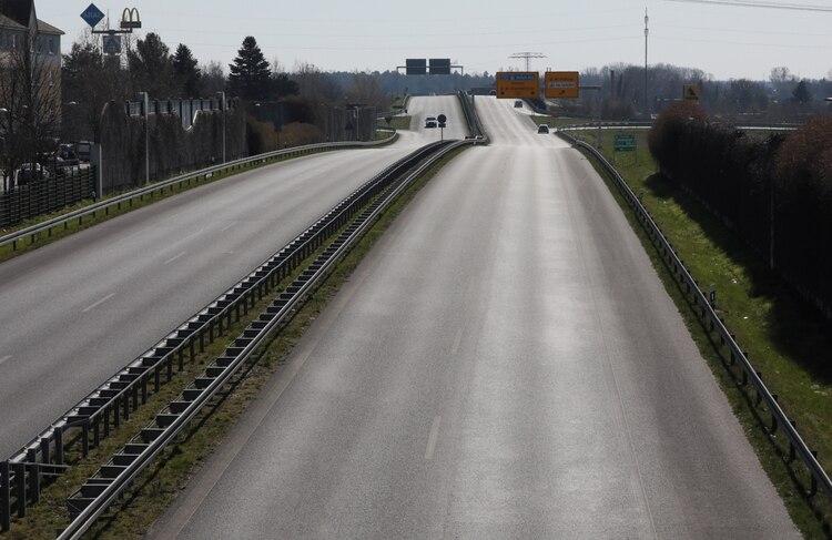 Vista general de una carretera casi vacía en Mahlow, mientras continúa la propagación de la enfermedad por coronavirus (COVID-19), en las afueras de Berlín, Alemania (Reuters)