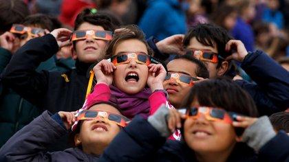 Una de las creencias es que no se debe mirar directamente al eclipse porque causa la pérdida de la visión (Getty)
