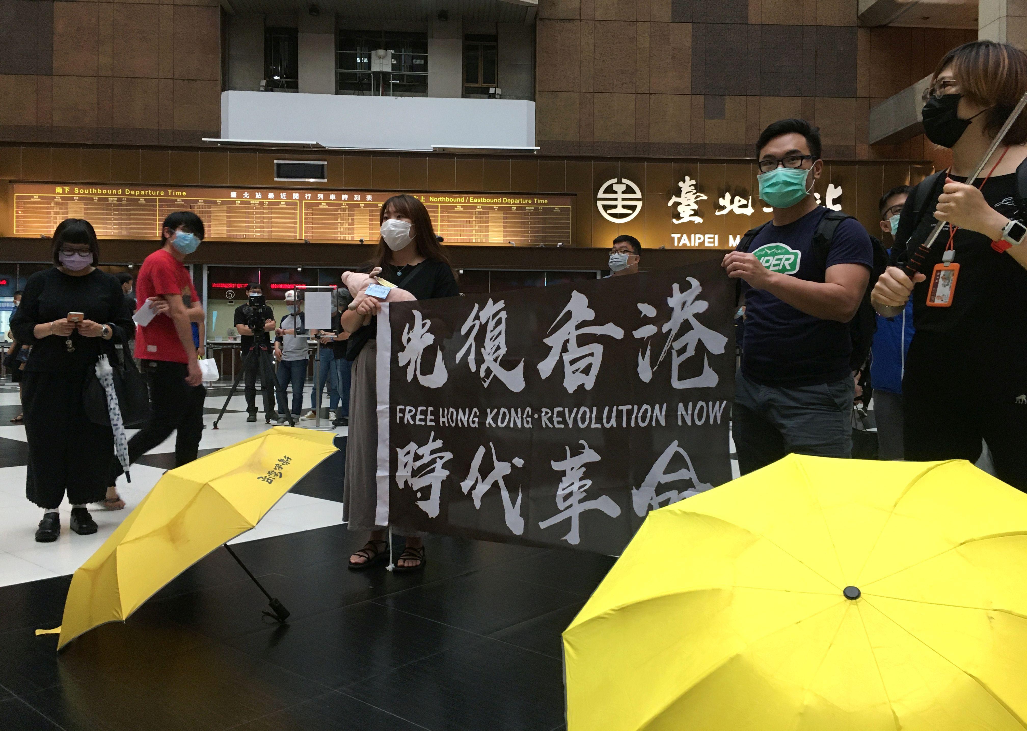 Protestantes de Hong Kong exhiben afiches en favor de la libertd