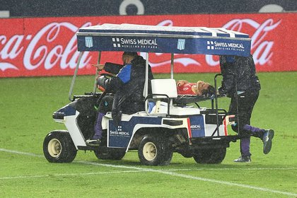 Así se llevaron a González después del fuerte golpe en la cabeza