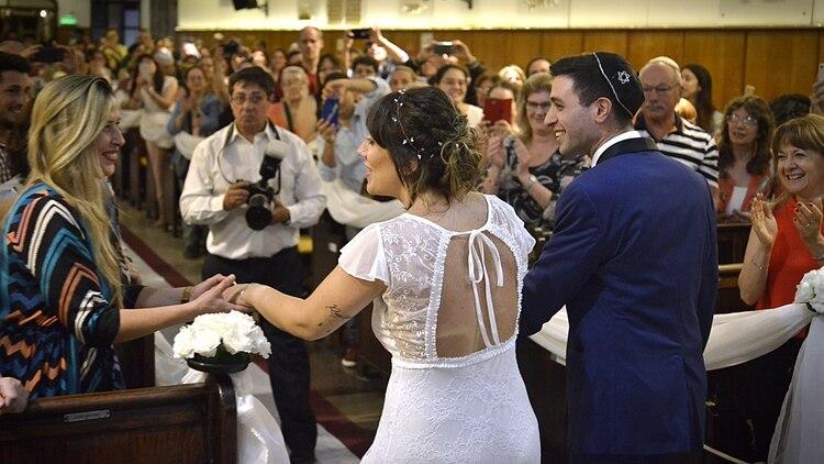 Carla saludando a una amiga en su salida, ya felizmente casada con Nicolás