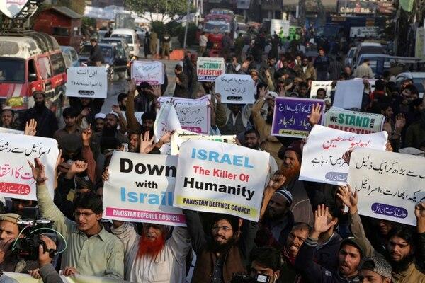 Manifestantes paquistaníes en contra de Israel (AP)