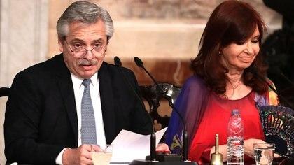 Alberto Fernández habla en el Congreso; a su lado, escucha la vicepresidenta Cristina Fernández (Foto de archivo)