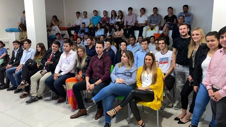 Los jóvenes republicanos, en la sede del PRO, esperando a Macri, que finalmente no apareció en la charla