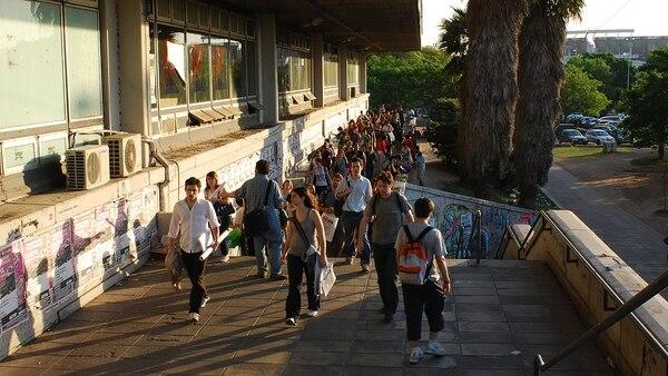 Estudiantes en la puerta de FADU