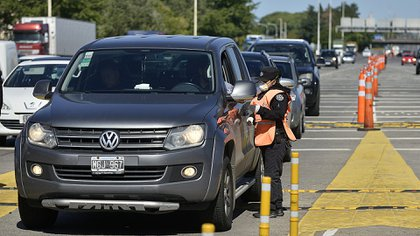 El permiso autoriza a las personas a circular en sus autos particulares para poder regresar a sus domicilios declarados. (Gustavo Gavotti)
