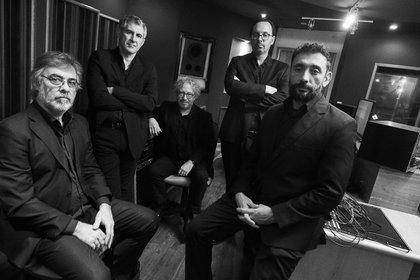 """Fotografía cedida por el Quinteto Astor Piazzolla que muestra a sus integrantes durante una sesión de fotos. Un año tan particular como 2020 necesita la música del eterno bandoneonista argentino Astor Piazzolla para dar """"esperanza"""" a la gente, según su viuda, Laura Escalada, así que el quinteto que lleva el nombre del artista prepara el terreno para el centenario del nacimiento del compositor, en 2021, con un nuevo disco, """"Triunfal"""". EFE/ Quinteto Astor Piazzolla SÓLO USO EDITORIAL/NO VENTAS"""