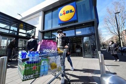 Un hombre sale de un supermercado de la cadena Lidl en Turin (REUTERS/Massimo Pinca)