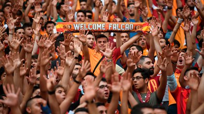 El 'Tigre', a sus 33 años, ha fichado por tres temporadas por uno de los clubes más exitosos de Turquía, cuya afición no ha cesado de mostrarle su admiración y cariño desde su llegada a Estambul y sobre todo en este acto, en el que el estadio fue una fiesta de ánimos, luces y bengalas