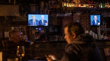 WASHINGTON, DC - SEPTEMBER 29: People watch the first presidential debate at Shaw's Tavern on September 29, 2020 in Washington, United States. Americans across the country tuned in to the first presidential debate between Donald Trump and Joe Biden held in Cleveland.   Sarah Silbiger/Getty Images/AFP