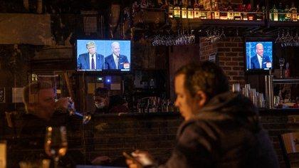 Personas en un bar de Washington mientras se desarrollaba el debate (Sarah Silbiger/Getty Images/AFP)
