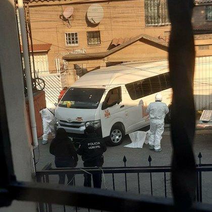 Dentro del vehículo yacían las víctimas, de entre 25 y 40 años de edad, sin vida: dos hombres acribillados por armas de fuego (Foto: Twitter/@CoordinacionDM)