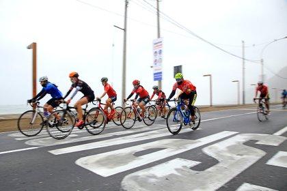 Ciclistas recorren el circuito de playas de la Costa Verde en la capital peruana, mientras aprovechan al tener las vías libres de automóviles debido a las restricciones de circulación vehicular contra la covid-19, el 1 de noviembre de 2020 en Lima (Perú). EFE