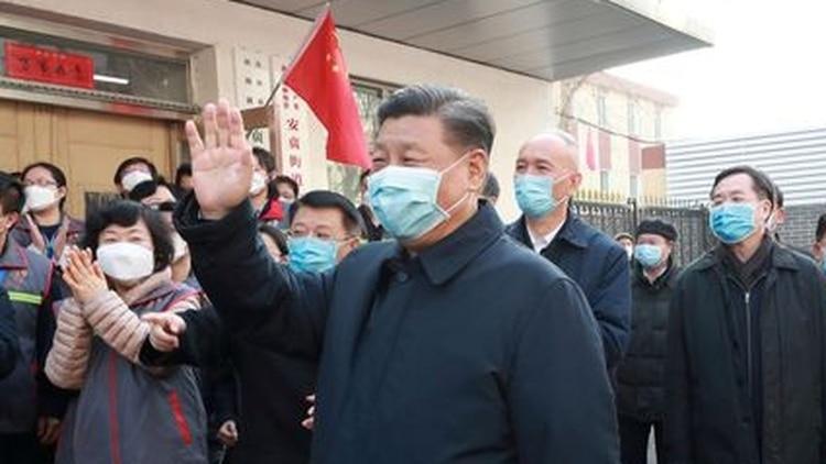 Imagen de archivo del presidente chino, Xi Jinping, inspeccionando el trabajo de prevención y control del coronavirus en la Comunidad de Anhuali, en Pekín. Xinhua vía REUTERS.