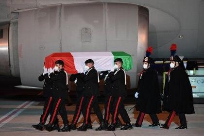 Los restos de Luca Attanasio y su guardaespaladas Vittorio Iacovacci recibidos en el aeropuerto de Ciampino en Roma (Ministero della Esteri via REUTERS)