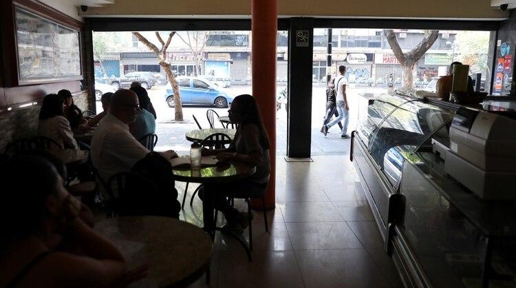 Una panadería a oscuras en Caracas (Reuters)