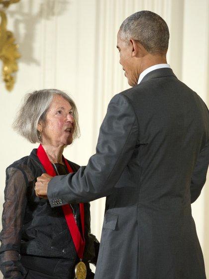 El ex presidente de Estados Unidos Barack Obama le entrega una medalla a Louise Glück en Massachusetts en septiembre de 2016 (CNP/ archivo)