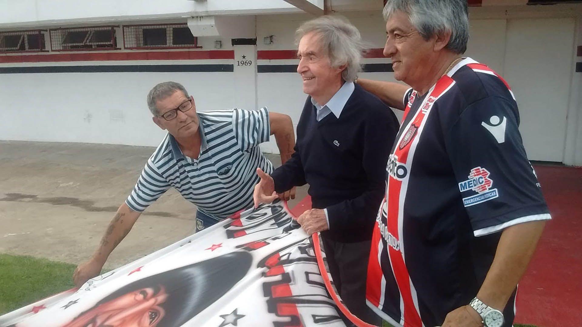 Homenaje a Carlitos Balá, en la cancha de Chacarita, cuando se inauguró un mural del artista.