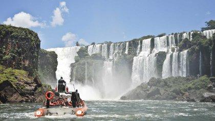 El lado brasileño de las cataratas tiene muchos menos senderos para caminar. Sin embargo, ofrece un punto de vista único justo por encima de la famosa Garganta del Diablo