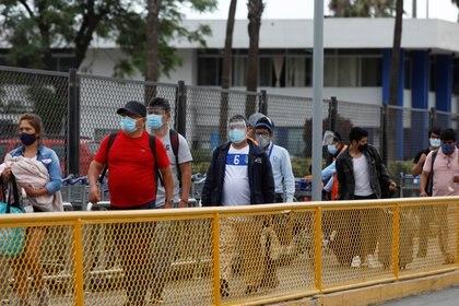 Personas con barbijo en Lima (REUTERS/Angela Ponce)