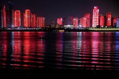 La ciudad se iluminó a pleno con un show de luces en la Nochevieja (REUTERS/Tingshu Wang)