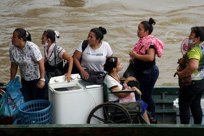 Fotografía tomada el pasado 26 de marzo en la que se registró a un grupo de migrantes venezolanos al cruzar en botes la frontera colombo-venezolana, desde La Victoria (Venezuela) hacia Arauquita (Colombia), huyendo de los conflictos entre la Fuerza Armada Nacional Bolivariana y grupos armados ilegales en territorio venezolano. EFE/Jebrail Mosquera/Archivo