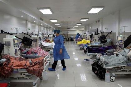 Foto de archivo. Pacientes se someten a diálisis, en medio del brote de la enfermedad por coronavirus (COVID-19), en Guayaquil, Ecuador. 18 de abril de 2020. Fotografía tomada el 18 de abril de 2020. REUTERS/Santiago Arcos