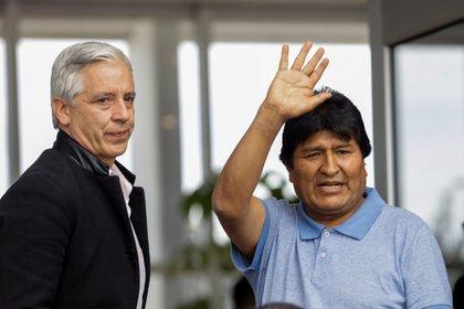 El ex presidente de Bolivia Evo Morales, junto al ex vicepresidente, en su llegada a México. (REUTERS/Luis Cortes)