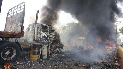 El camión con ayuda humanitaria incendiado en la frontera de Venezuela por el régimen de Nicolás Maduro(Photo by Schneyder Mendoza / AFP)