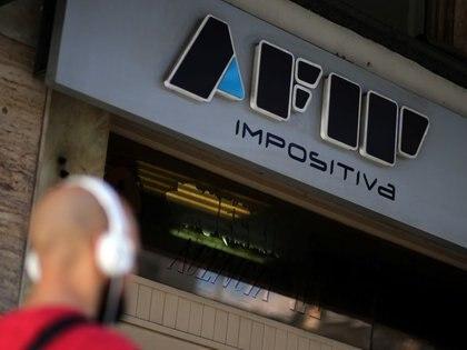 FOTO DE ARCHIVO: Un hombre camina frente a la entrada de una oficina de la AFIP ( Administración Federal de Ingresos Públicos) en Buenos Aires, Argentina 6 septiembre, 2017.  REUTERS/Marcos Brindicci