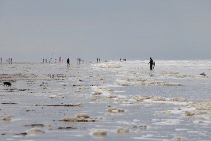 Personas en una playa de Calais, en el norte de Francia. (REUTERS/Pascal Rossignol)