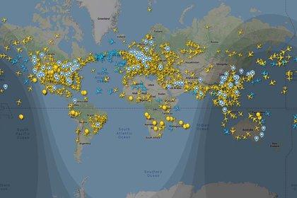 Los pocos vuelos que aparecen sobre la Argentina son oficiales y se trata de aviones que cruzan el espacio aéreo con partida y llegada desde y a otros países.
