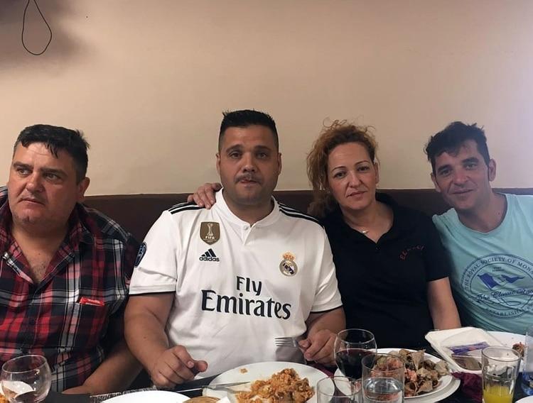 Susana en su bar junto a su familia.