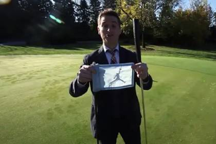 """Los banderines del campo de golf también están customizados con el logo de """"Air"""" (Foto: Concierge Auctions)"""