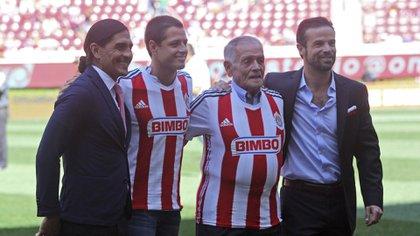 Tomás Balcázar y su nieto, Chicharito, durante un homenaje en el estadio de las Chivas de Guadalajara. (Foto: Cuartoscuro)