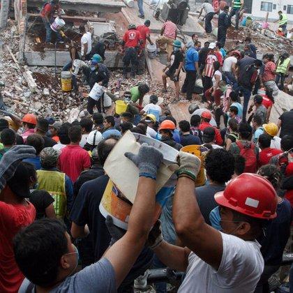CIUDAD DE MÉXICO, 19SEPTIEMBRE2017.- Un sismo de 7.1 grados Richter, provocó al menos el derrumbe de al menos 29 edificios en la ciudad de México, sin que hasta el momento existan cifras oficial de los daños materiales y las pérdidas humanas. La imagen, un edificio colapsado en la colonia Niños Héroes de Chapultepec.FOTO: ISAAC ESQUIVEL /CUARTOSCURO.COM