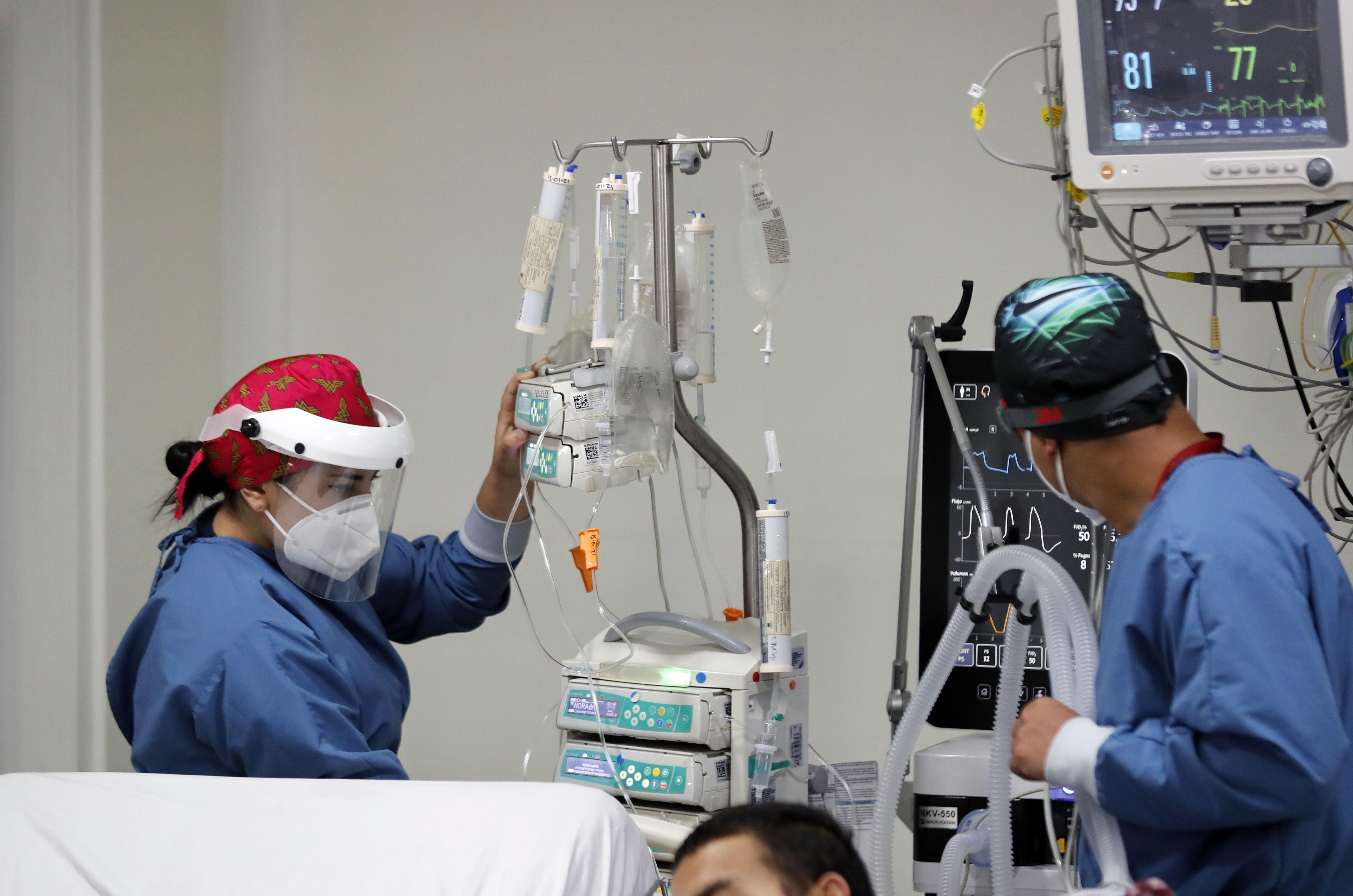 Personal médico atiende a un enfermo en una unidad de cuidado intensivo NO COVID del Hospital El Tunal, el 17 de enero de 2021 de en Bogotá (Colombia). EFE/ Mauricio Dueñas Castañeda