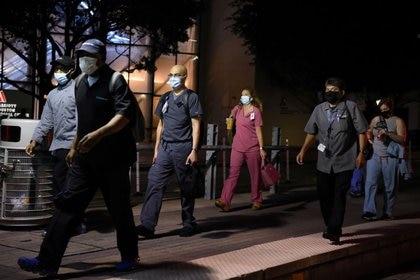 Trabajadores sanitarios caminan por el Centro Médico de Texas durante un cambio de turno en Houston, Texas, EEUU, el 8 de julio de 2020.  REUTERS/Callaghan O'Hare