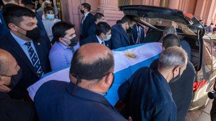 El cuerpo de Diego Maradona es trasladado hacia el cementerio de Bella Vista (Presidencia)