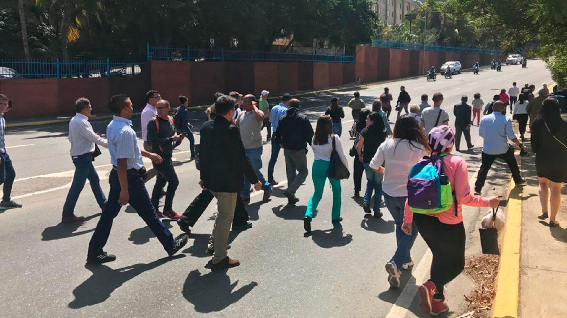 Miembros de la Asamblea Nacional intentando sortear el bloqueo del régimen de Maduro para recibir a Juan Guaidó