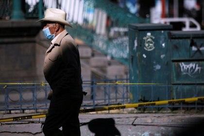 Un hombre con una mascarilla protectora, utilizada como medida preventiva contra la enfermedad del coronavirus (COVID-19), camina en el centro de Ciudad Juárez, México, el 1 de diciembre de 2020. REUTERS / José Luis González/ Foto de archivo