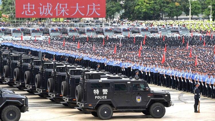 Oficiales chinos participan en un simulacro en Shenzhen, en la provincia china de Guangdong, al otro lado de la frontera con Hong Kong (AFP)