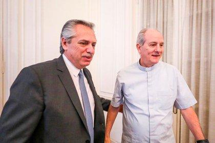 Alberto Fernández con Monseñor Jorge Lugones en la Pastoral Social