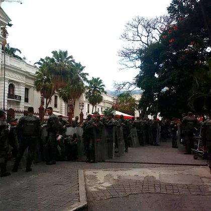 La Asamblea Nacional amaneció militarizada (@AsambleaVE)