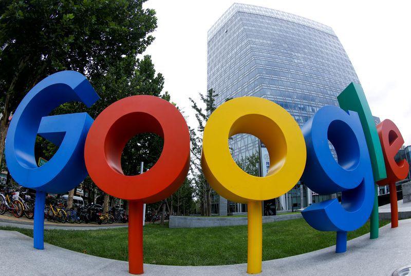 Foto de archivo: El logo de Google fuera de sus oficinas en Pekín. Foto capturada con un ojo de pescado. REUTERS/Thomas Peter/